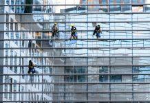 איך עושים ניקוי חלונות בגובה?
