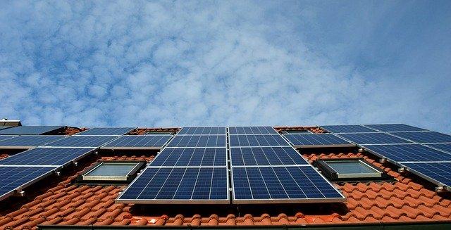 איך מערכת סולארית תורמת לא רק לסביבה – אלא גם לכיס?