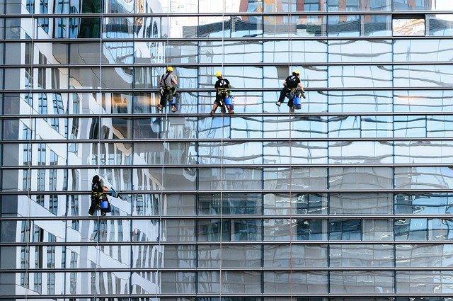 איך מנקים חלונות בגובה?